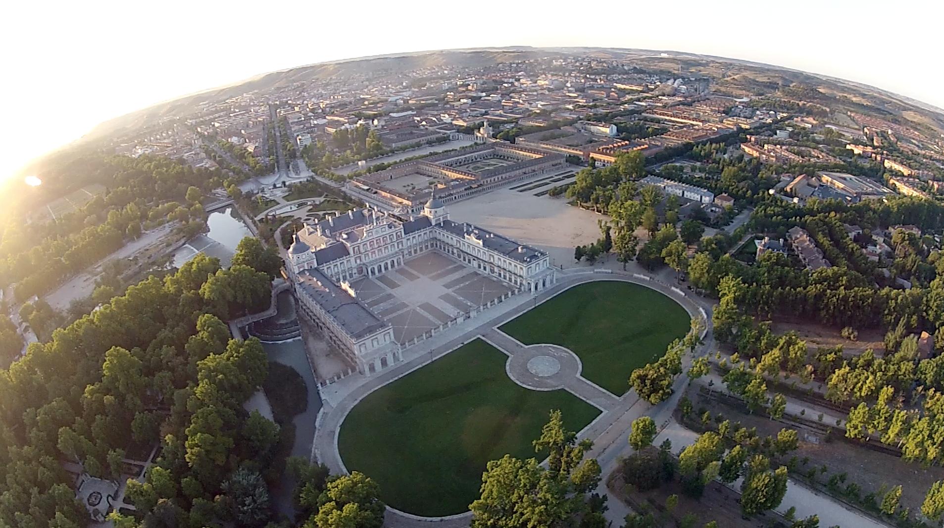 Palacio real de aranjuez desde un globo siempre en las nubes for Los jardines de aranjuez