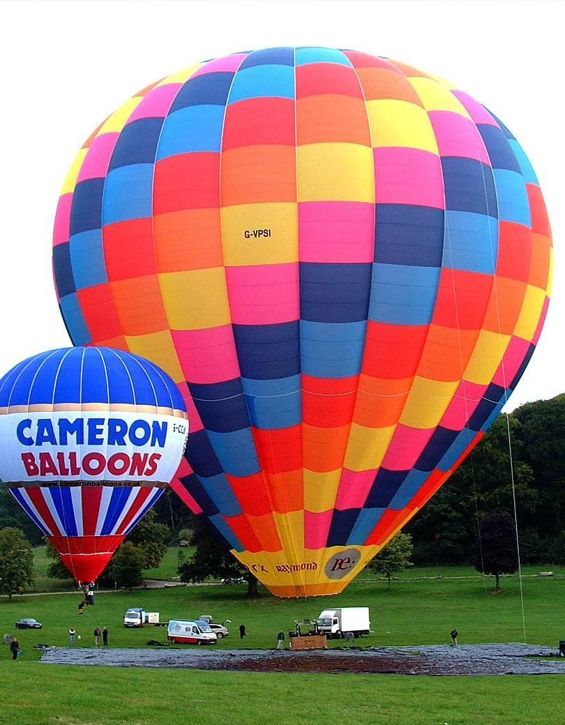 El globo que construyó cameron balloons para el récord de Vijaypat Singhania, es el globo de aire caliente más grande del mundo.