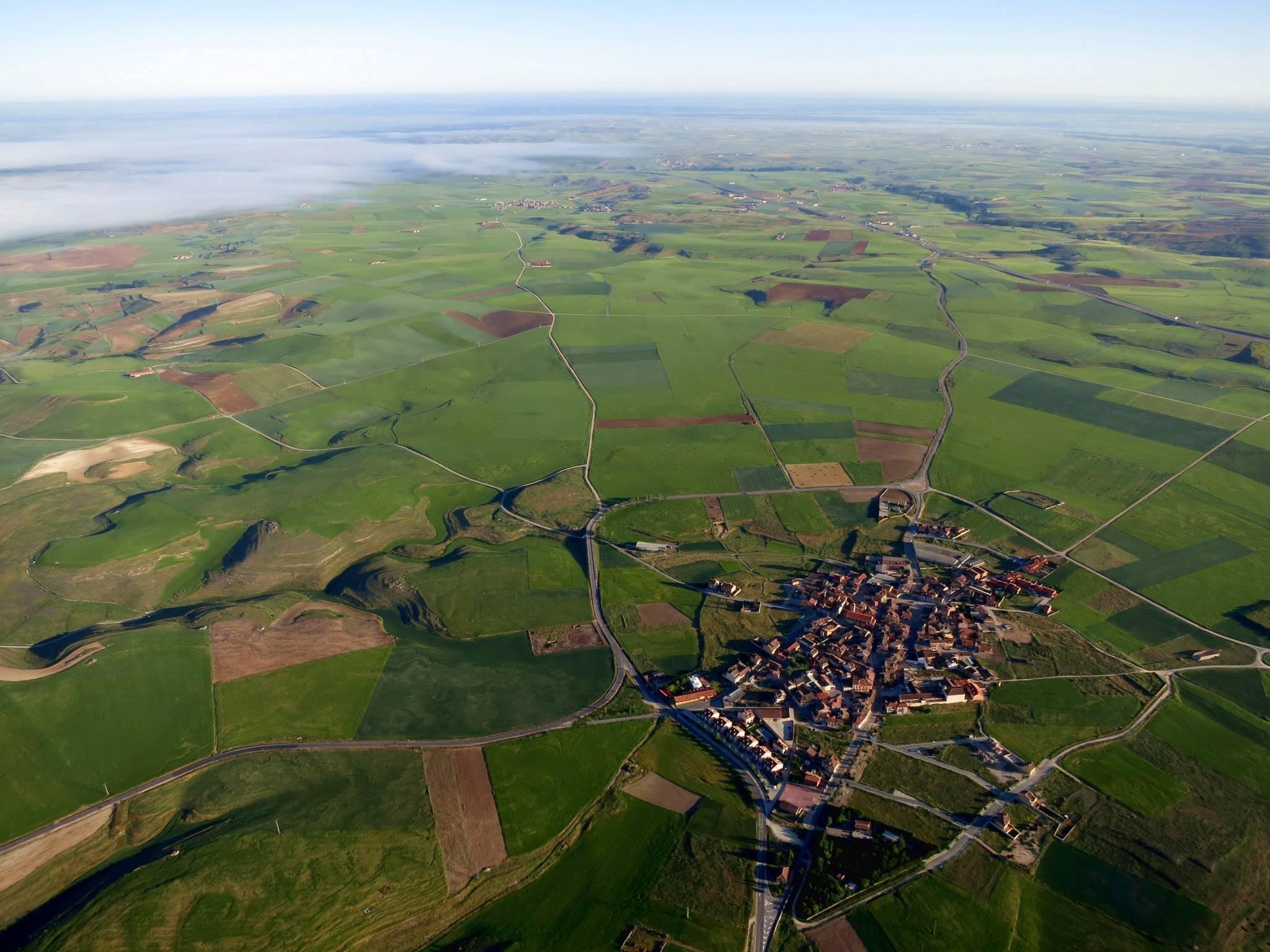 Descubre los pueblos, los caminos, la fauna y la primavera #volandoenglobo