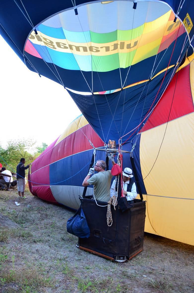 Los globos se montan muy juntos en el improvisado campo de despegue.