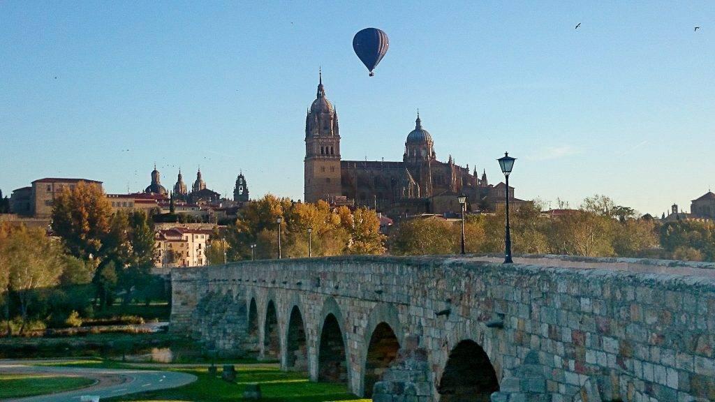 Montar en globo en Salamanca. El espectáculo de un globo en Salamanca es para los que vuelan y para los que lo observan desde tierra.