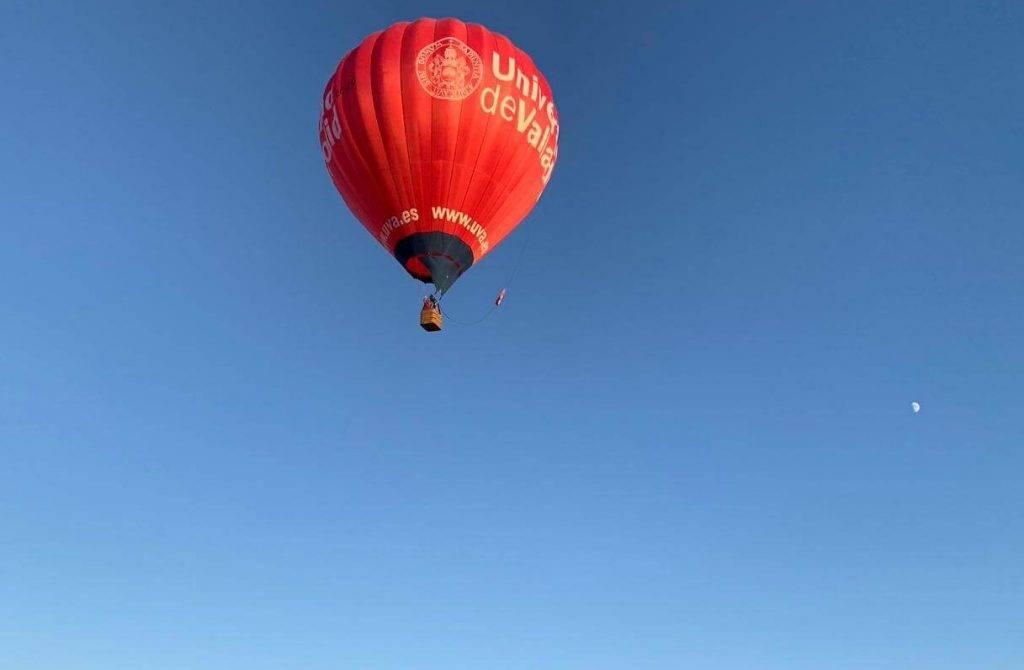 Aterrizaje de un globo con viento